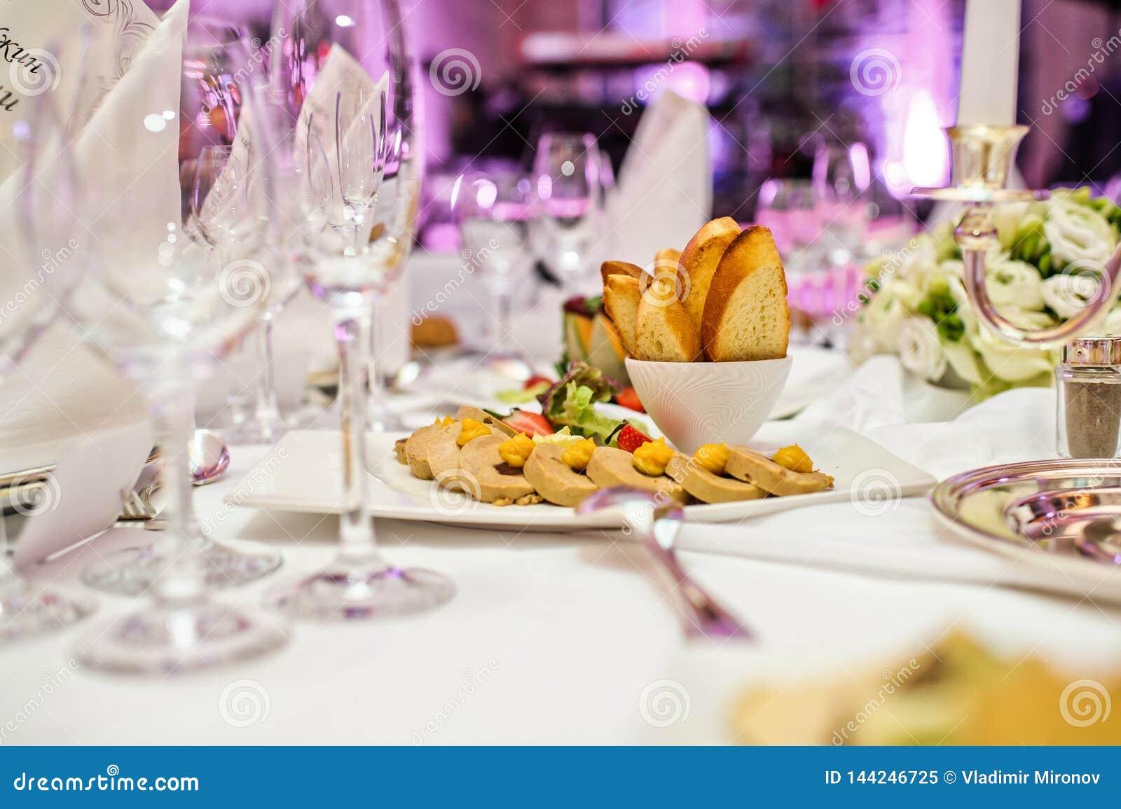 Foie Gras pate med smällare och bär Bankett i en lyxig restaurang