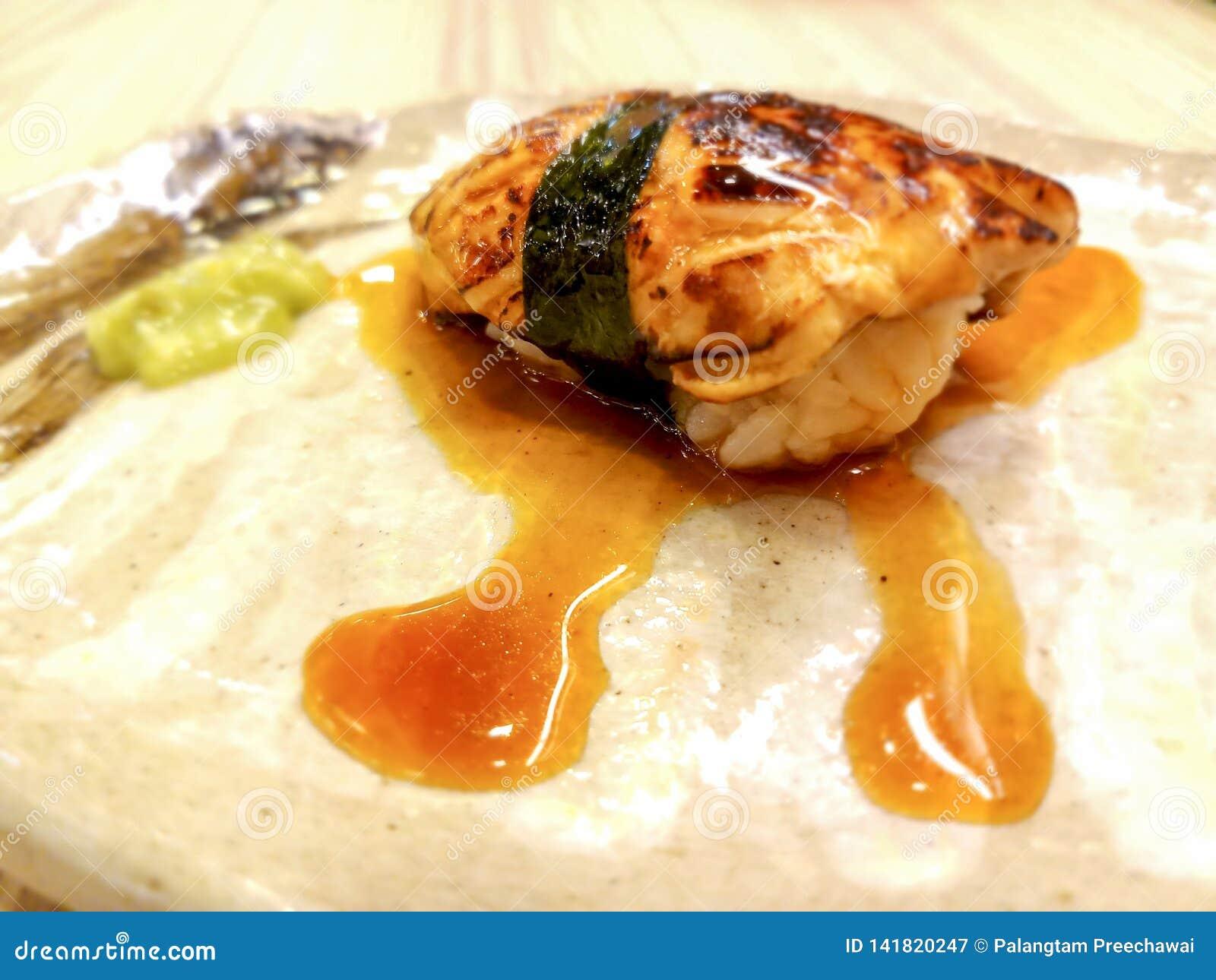 Foie grassushi som slås in i alger och special sås