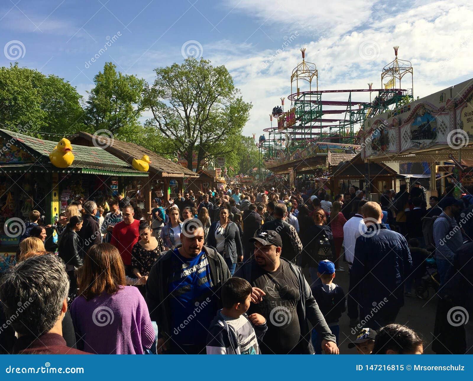 Foire d amusement/carnaval serrés avec des montagnes russes par temps ensoleillé Kirmes de ressort dans Neukölln/Kreuzberg