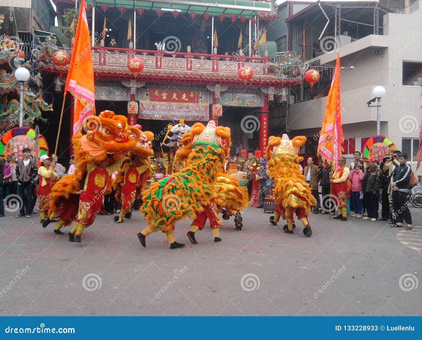Foire traditionnelle de temple autour de l événement - troupe de danse de lion