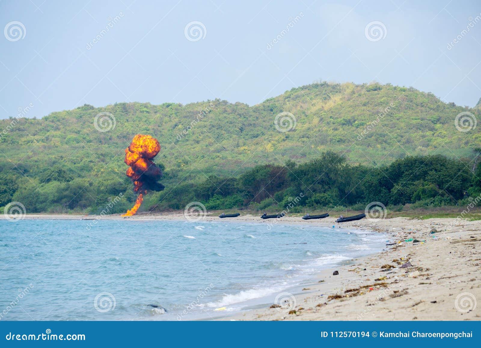 Foki drużyna od międzynarodowej marynarki wojennej zapala bomby na plaży podczas kobry złota 2018 Wielonarodowych ćwiczeń wojskow