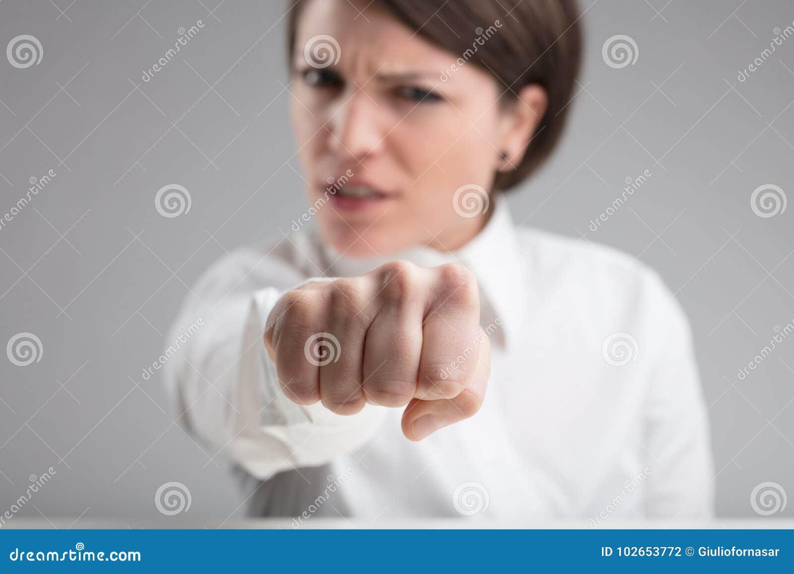 Fokusera på en stansmaskin av en ilsken kvinna