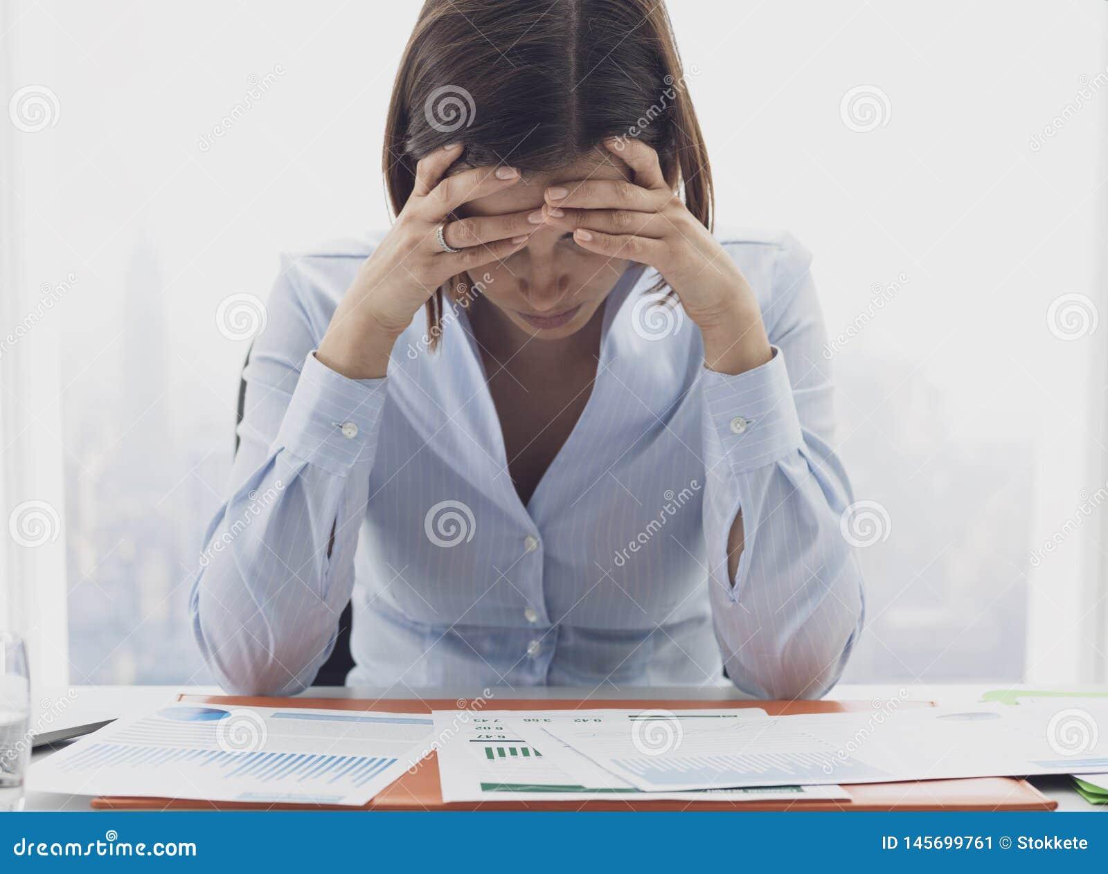 Fokussierte Gesch?ftsfrau, die Finanzberichte und das Denken ?berpr?ft
