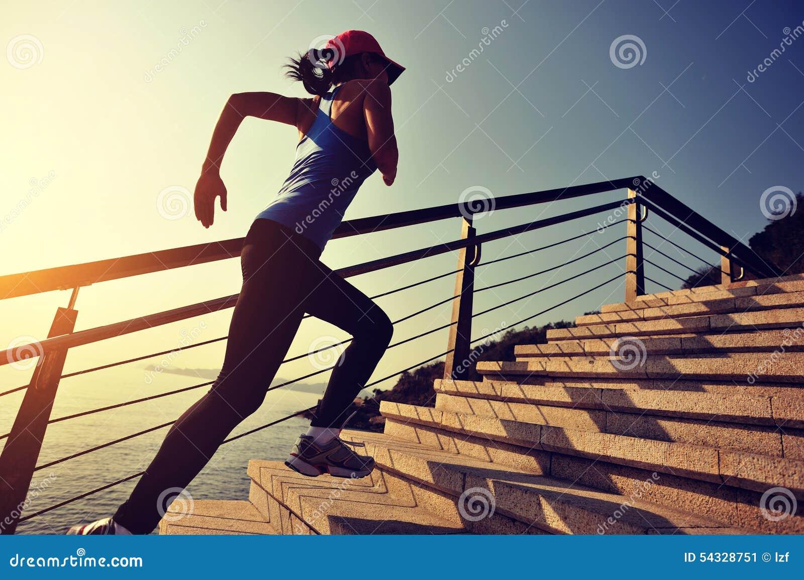 Folâtre la femme courant sur le bord de la mer de lever de soleil d escaliers