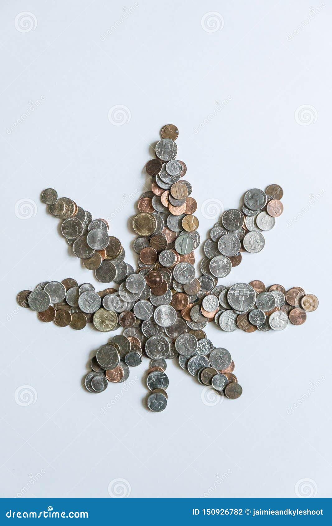 Folha da marijuana feita de moedas americanas dos E.U. no fundo branco contínuo