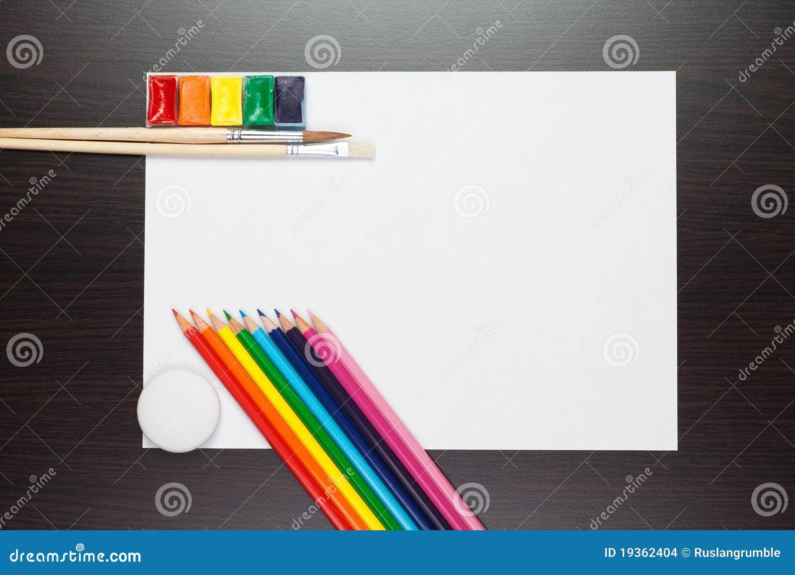 Folha de papel na tabela marrom com pinturas