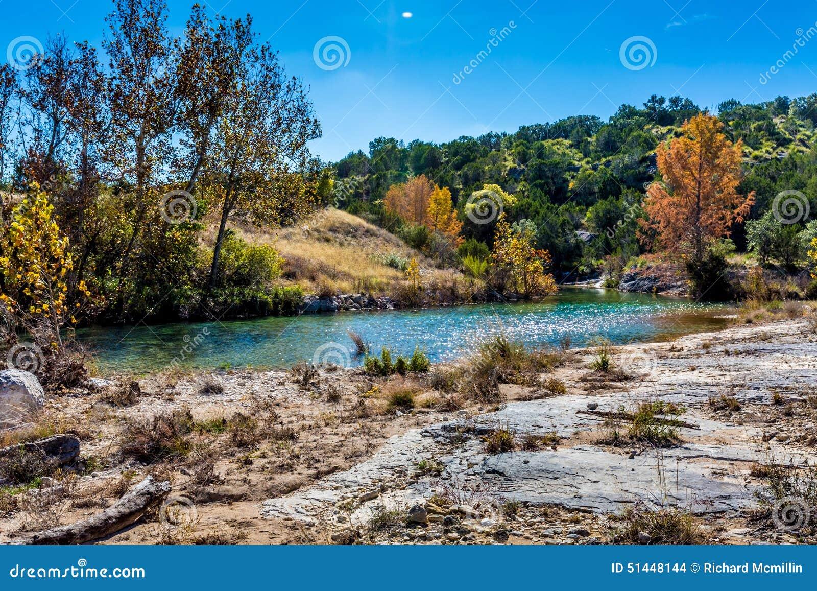 Folhagem de outono em Crystal Clear Creek em Texas
