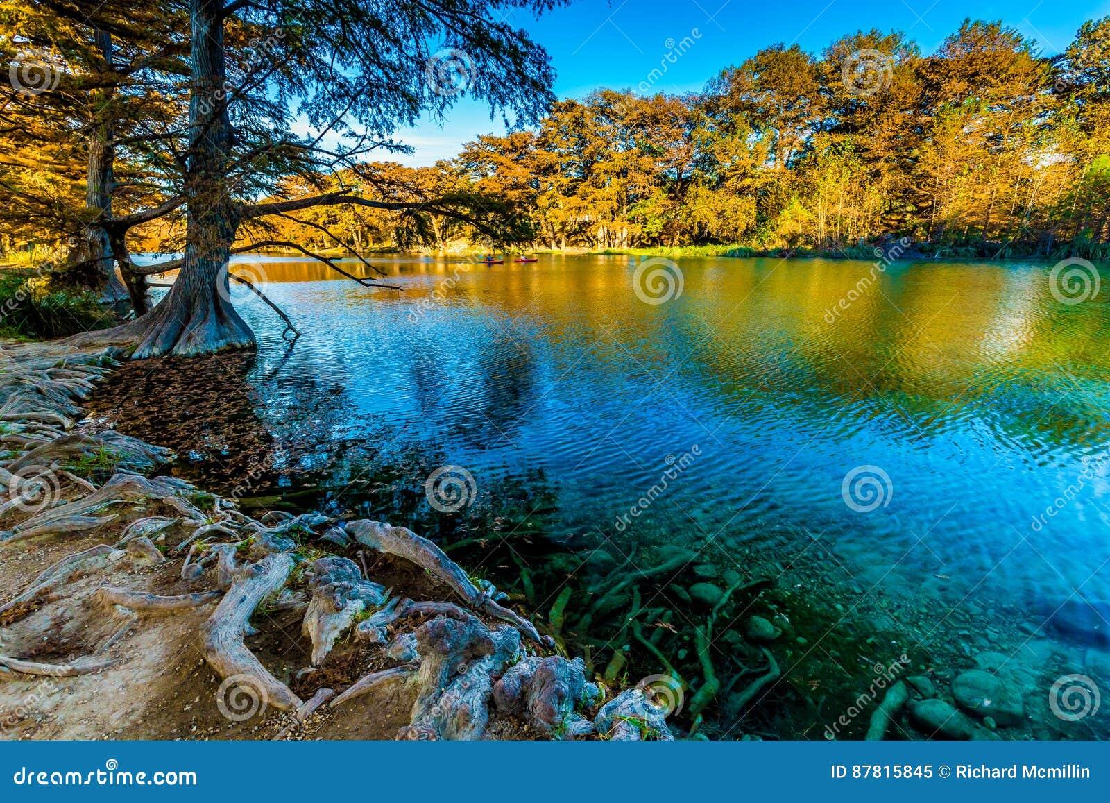 Folhagem de outono no rio claro de Frio em Texas