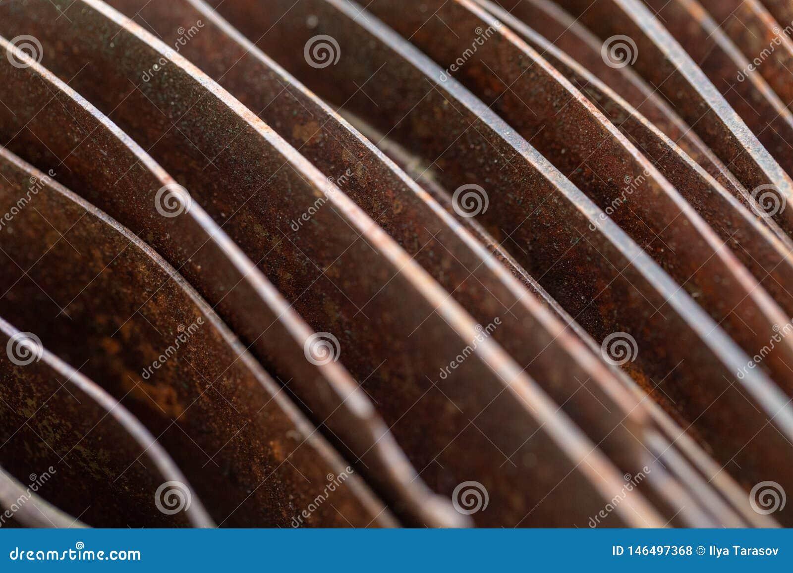 Folhas curvadas pitorescas do metal oxidado Folhas oxidadas curvadas do metal Abstrac??o industrial