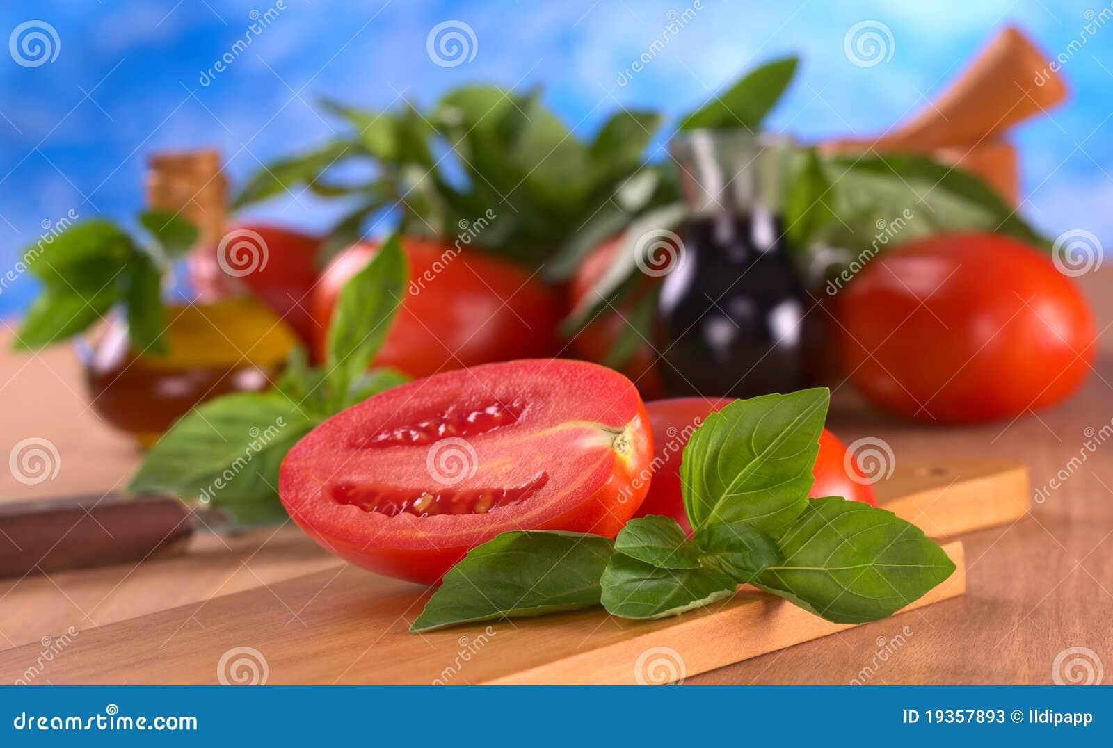 Folhas da manjericão com tomate