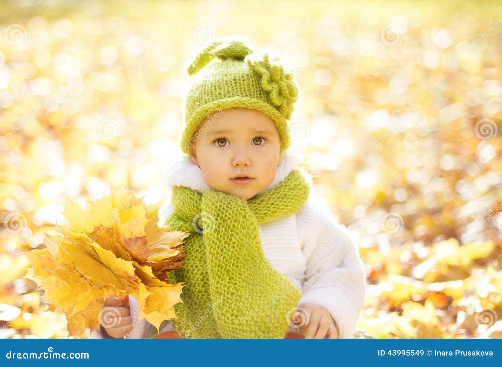 Folhas do amarelo de Autumn Baby Portrait In Fall, pouco