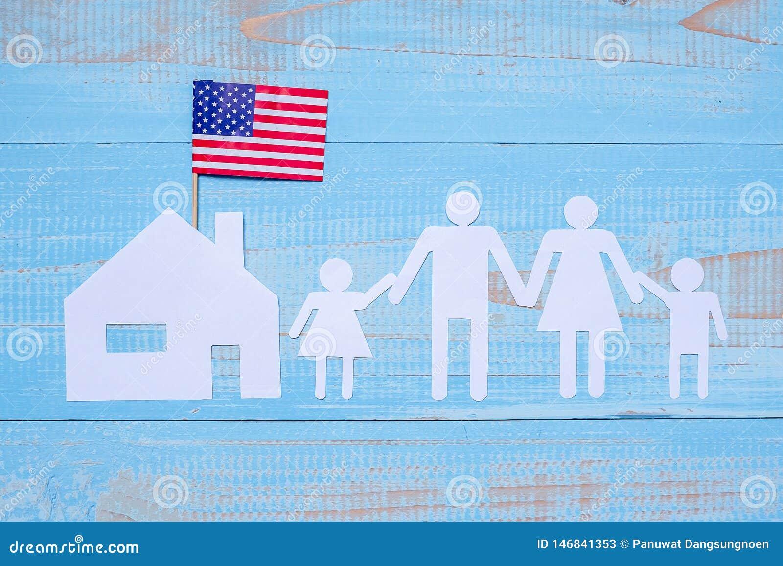 Folk eller familj och hem- pappers- form med flaggan av Amerikas förenta stater på blå träbakgrund USA ferie av
