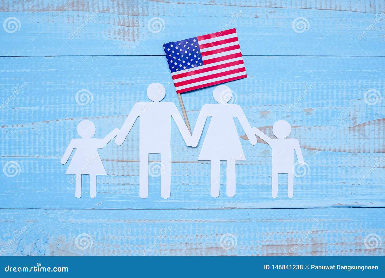 Folk- eller familjpappersform med flaggan av Amerikas förenta stater på blå träbakgrund USA ferie av veteran,