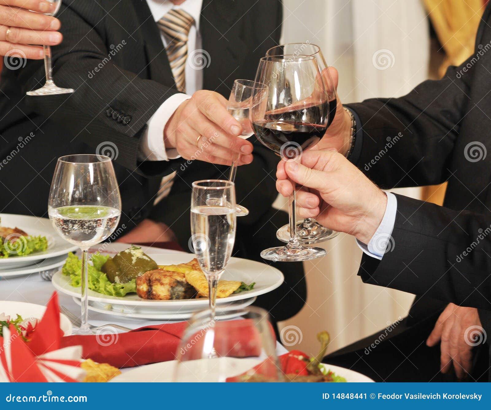 Folk för alkoholbankettdrink