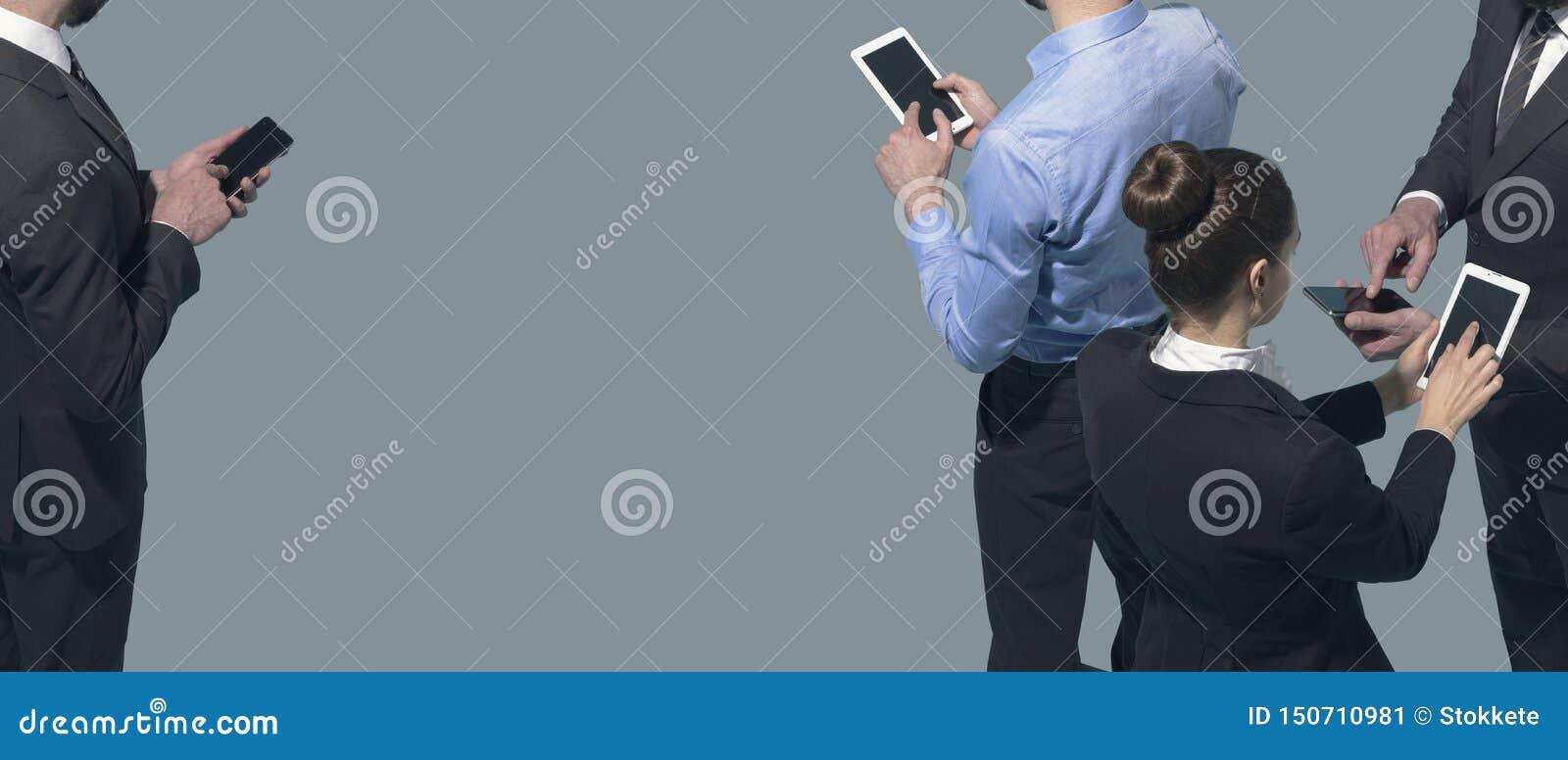 Folk för företags affär som möter och använder smartphones