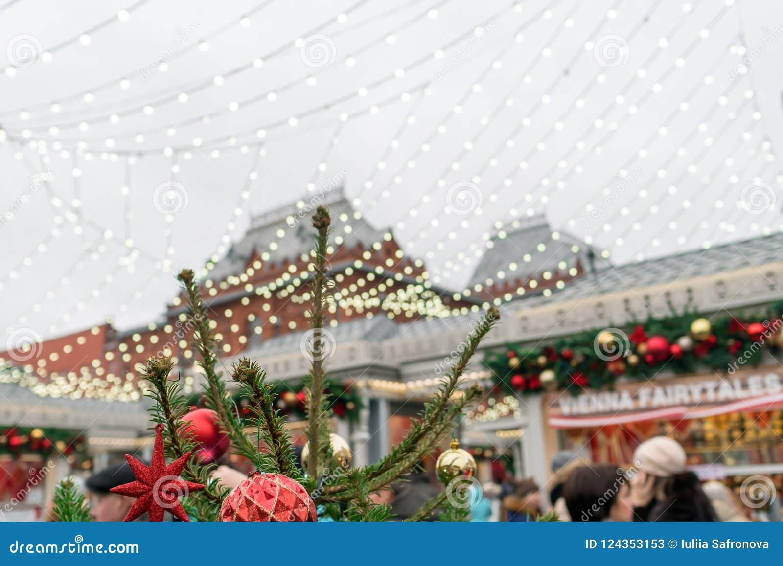 Folk festivaler på bakgrunden av MoskvaKreml, det trad
