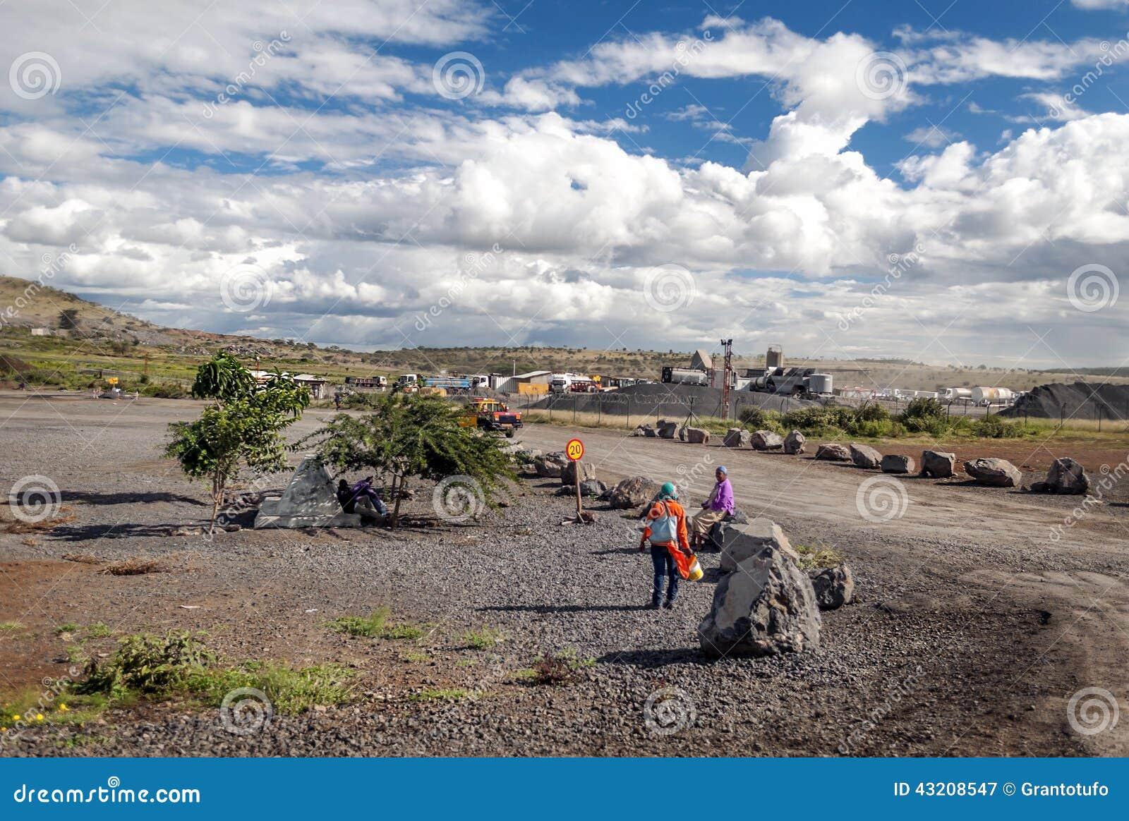 Download Folk i den Tanzania byn redaktionell arkivbild. Bild av morgon - 43208547