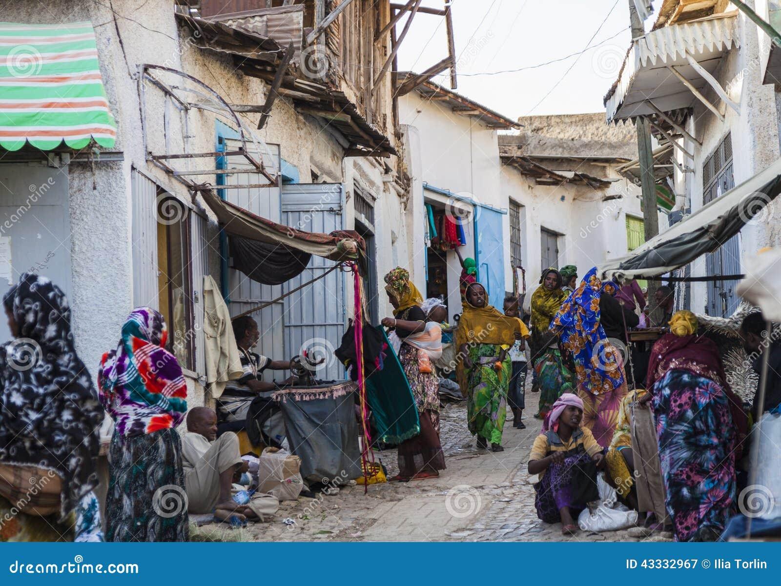 Folk i deras dagliga rutinmässiga aktiviteter som som nästan är oförändrade i mer än fyrahundra år Harar ethiopia