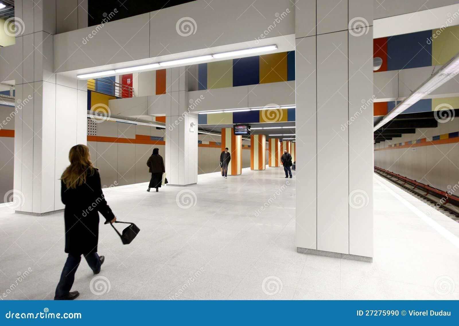 Folk i gångtunnelstation