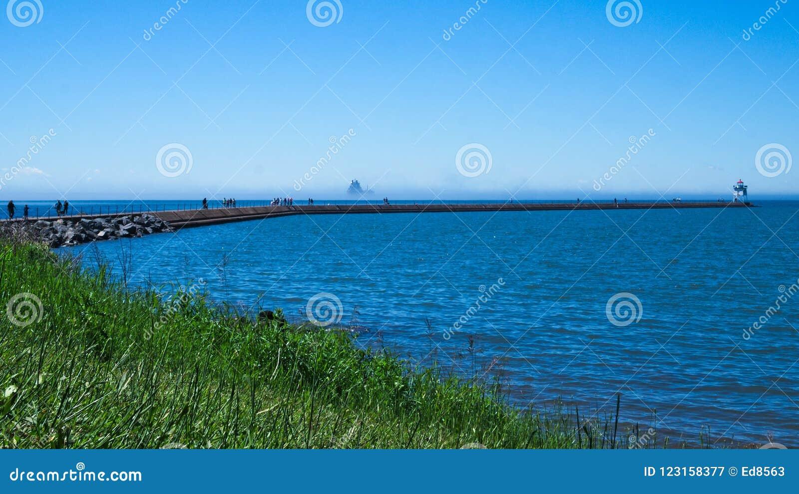 Folk på bryggan på två hamnar, Minnesota på en solig dag