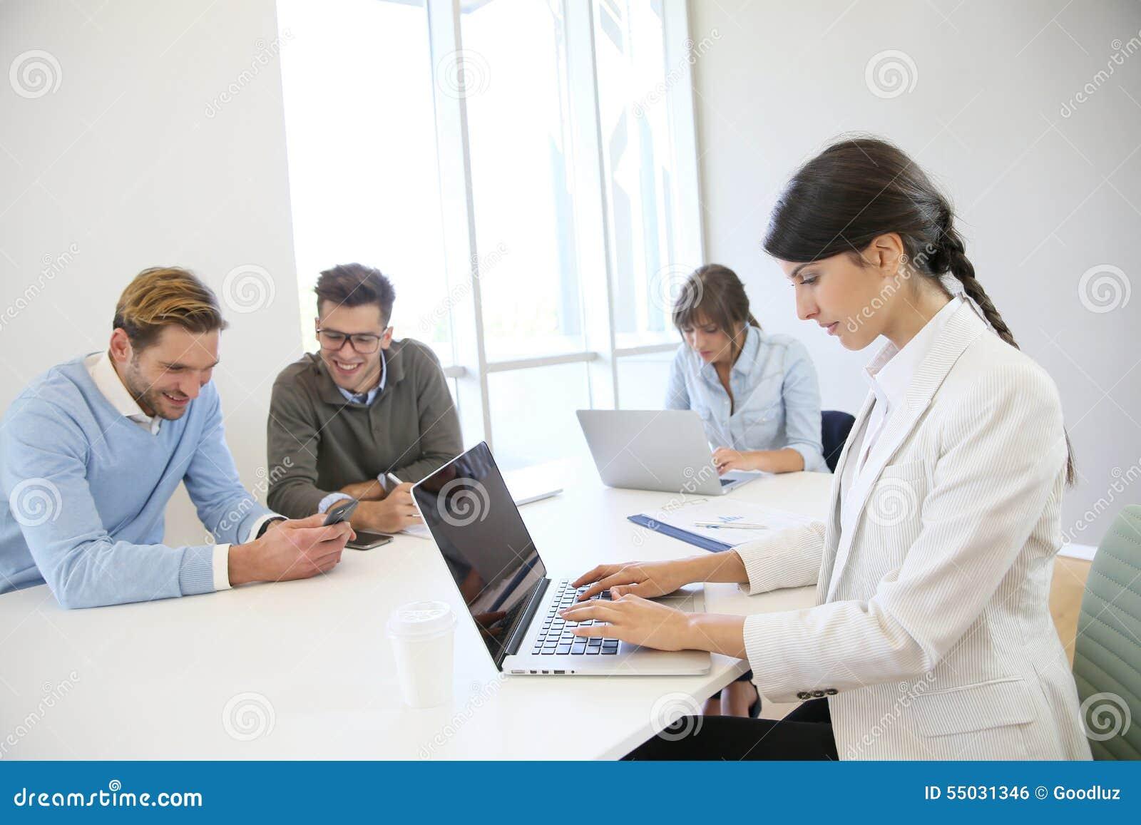 Folk på datorer som arbetar i start-up företag