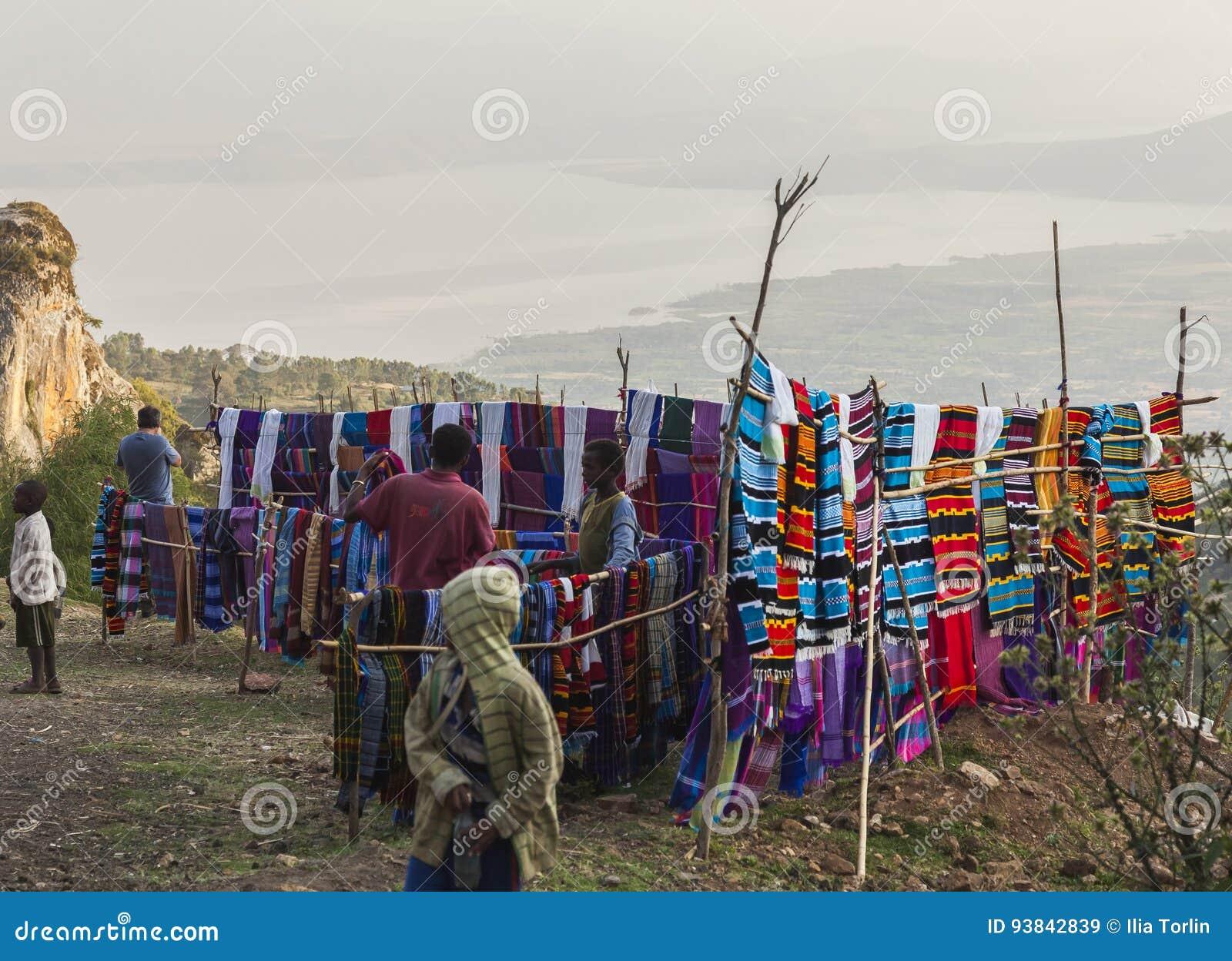 Folk på den traditionella Dorze marknaden Hayzo by Dorze Ethiop