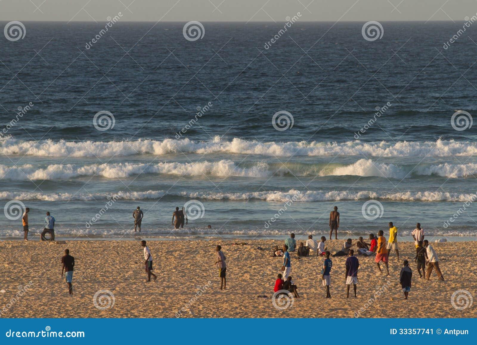 Folk på den Yoff stranden, Dakar