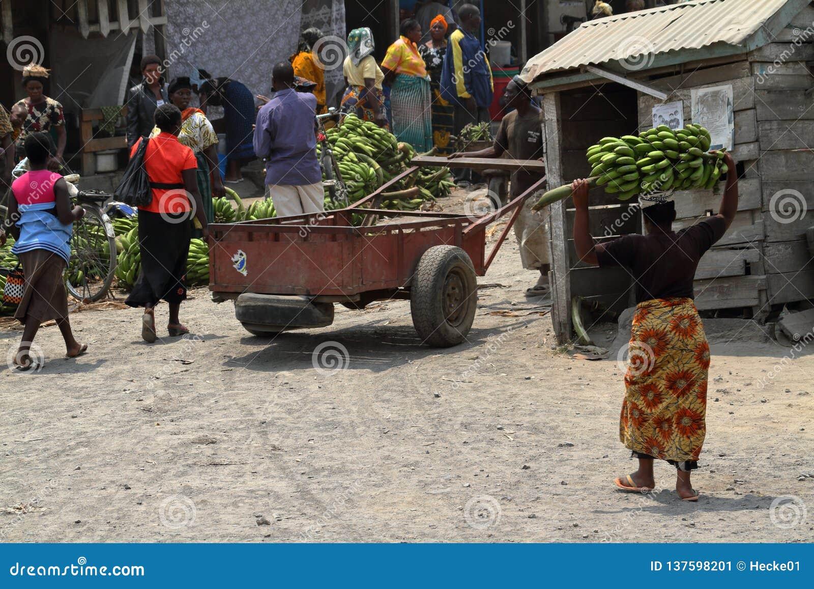 Folk på en marknad och en detaljhandel i Tanzania