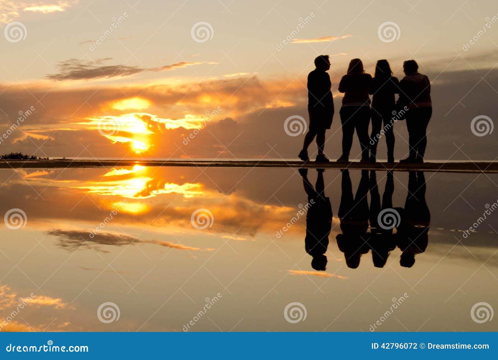 Folk på solnedgången