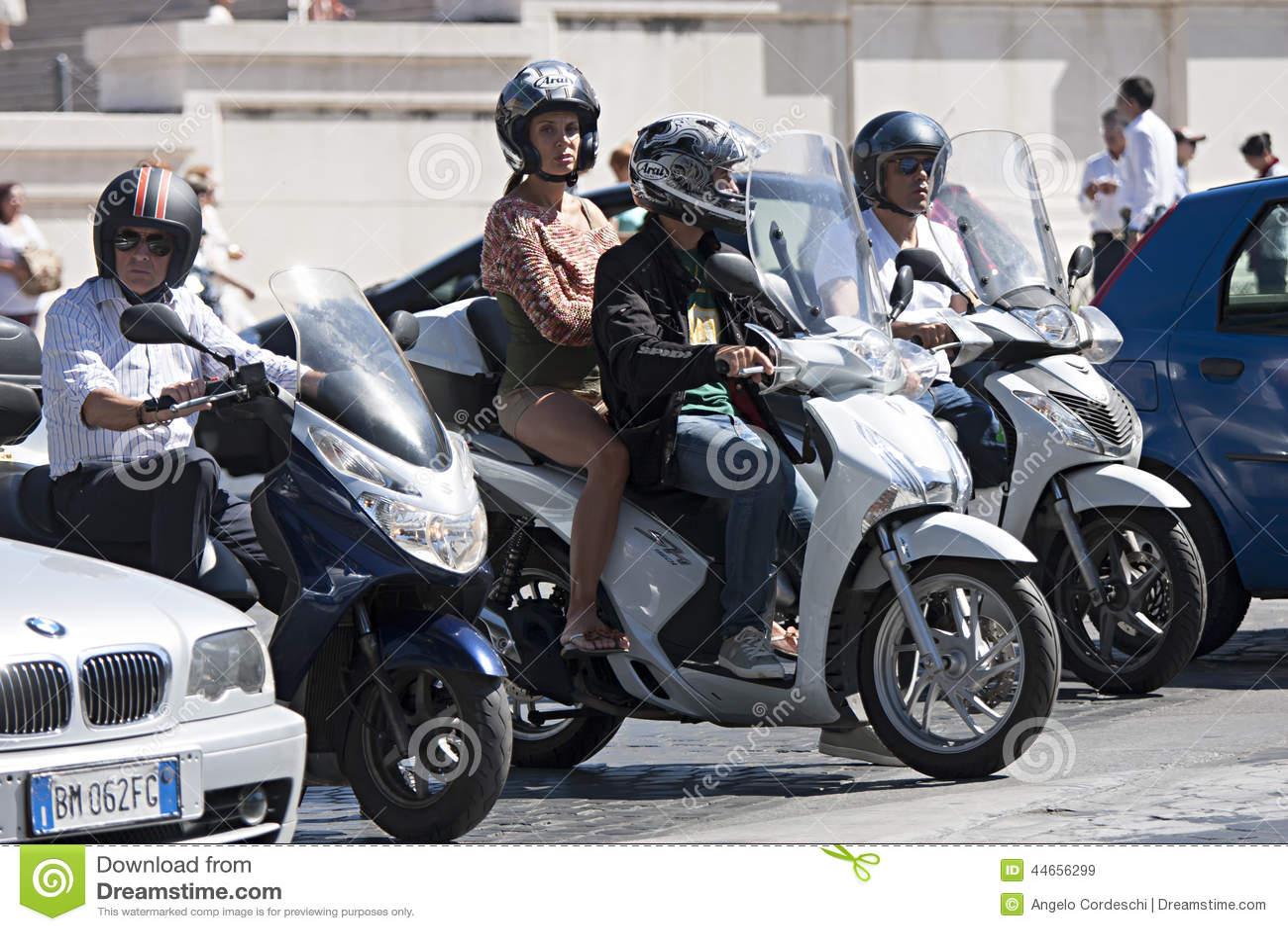 Folk på sparkcykeln i stadstrafik