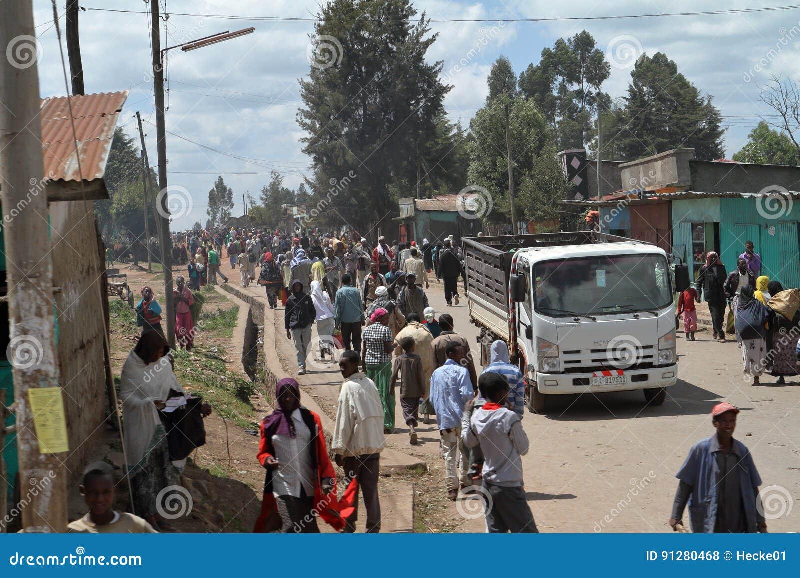 Folk på vägen och trafik i Etiopien