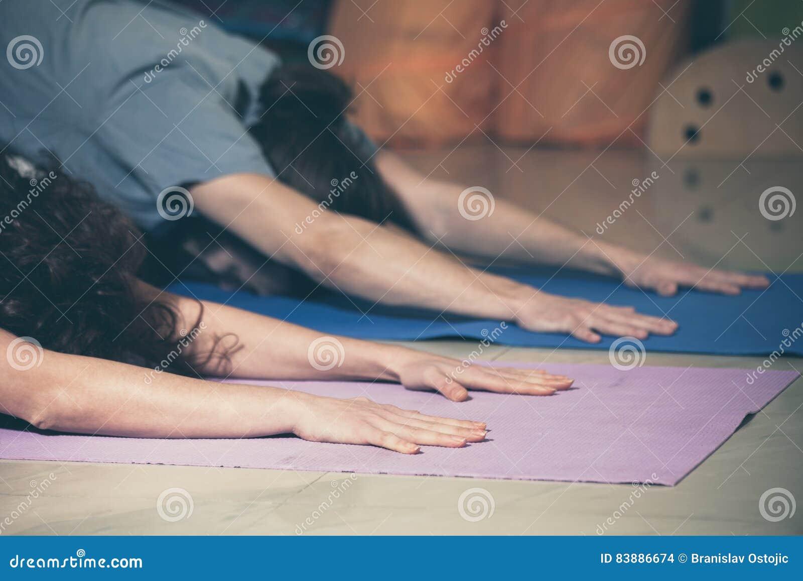 Folk på yogagrupp inomhus
