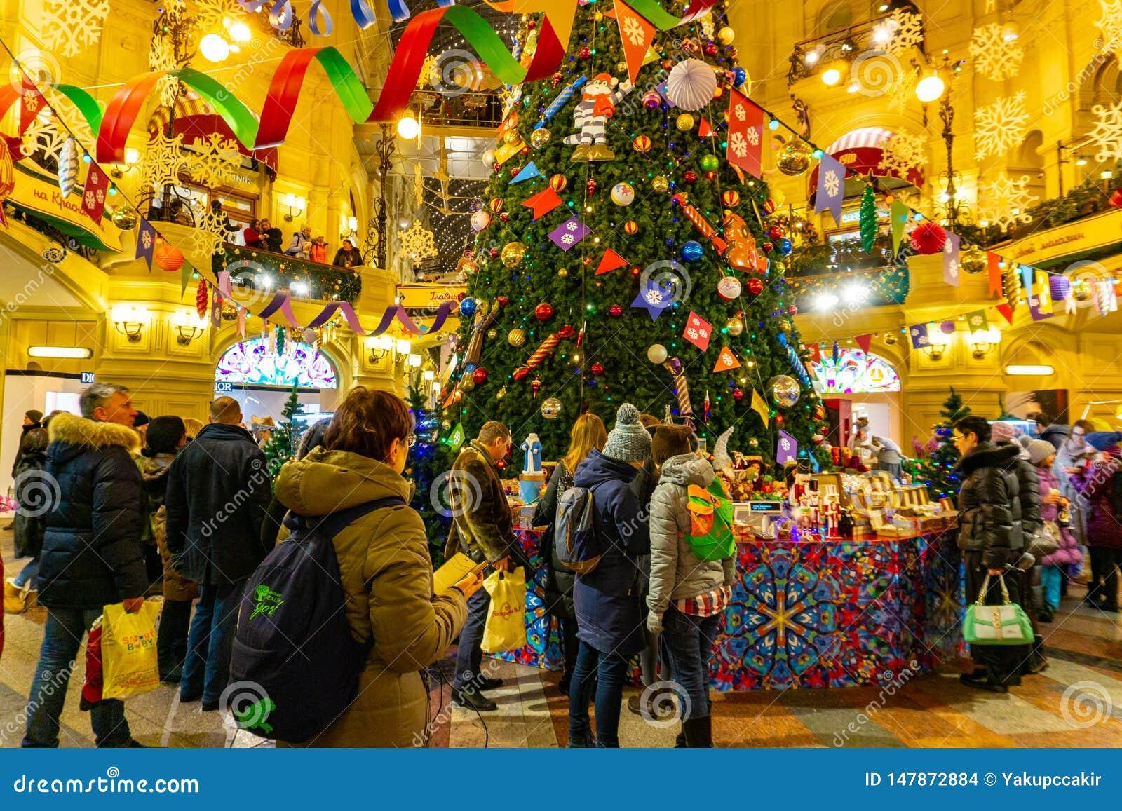 Folk p? julmarknad p? r?d fyrkant i fyrkanten den centrum f?r Moskva dekorerad och upplyst r?da, f?r jul