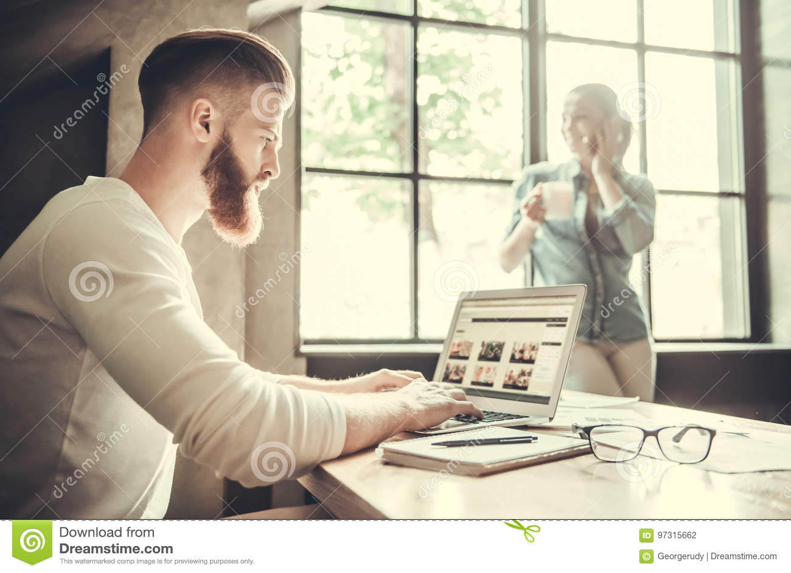 Folk som arbetar i kontoret