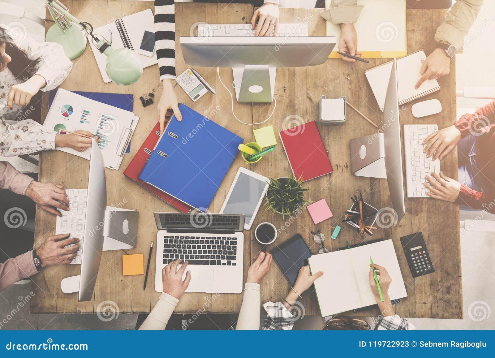 Folk som arbetar runt om en tabell