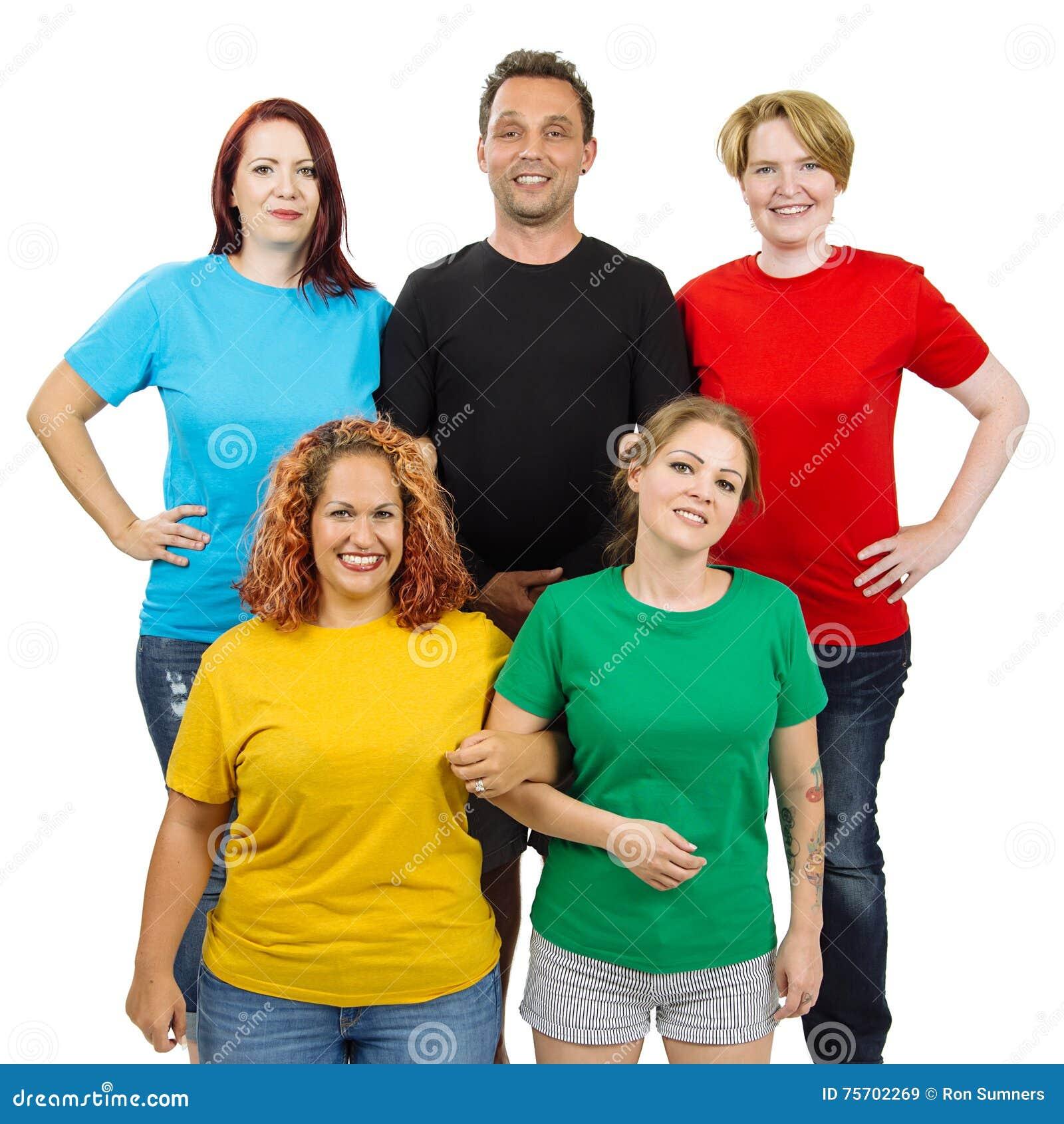 Folk som bär olika kulöra tomma skjortor