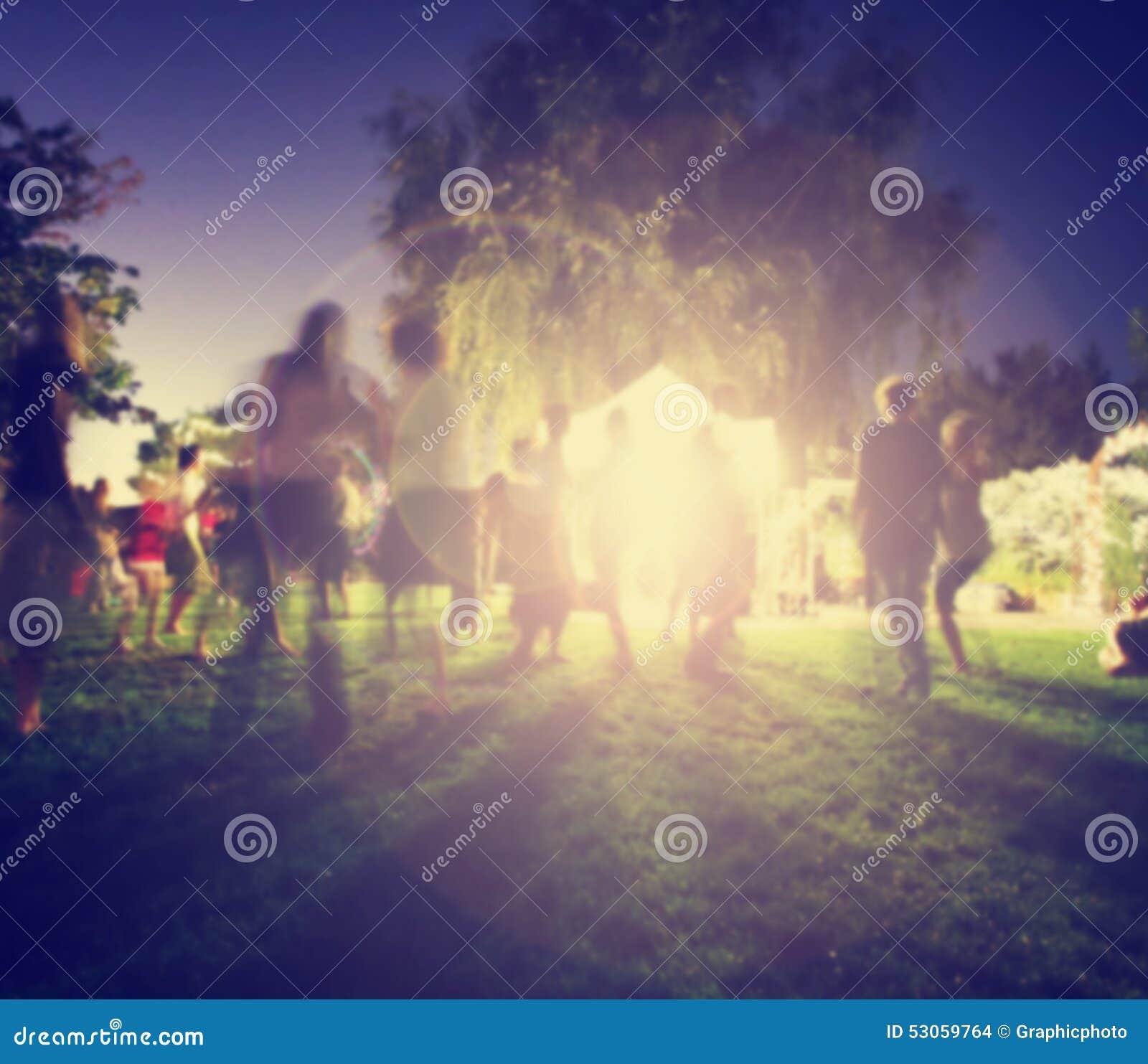 Folk som blandar på en fri konsert