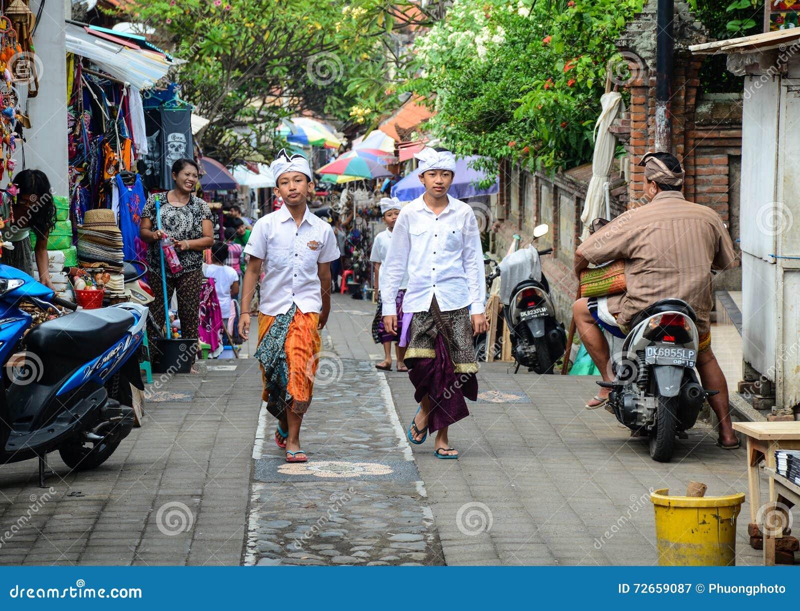 Folk som går på gatan i Bali, Indonesien
