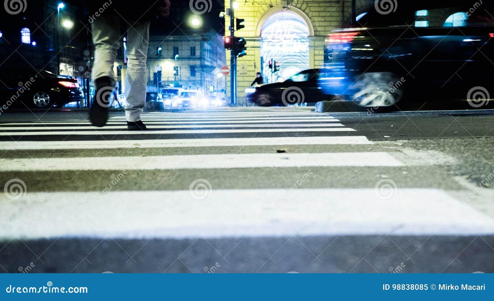 Folk som går på gatan på natten i Turin Italien