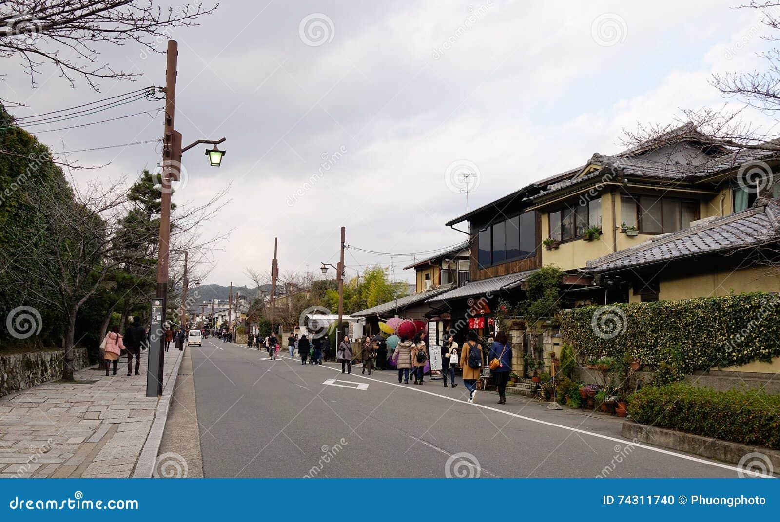 Folk som går på gatan på det Arashiyama området i Kyoto, Japan