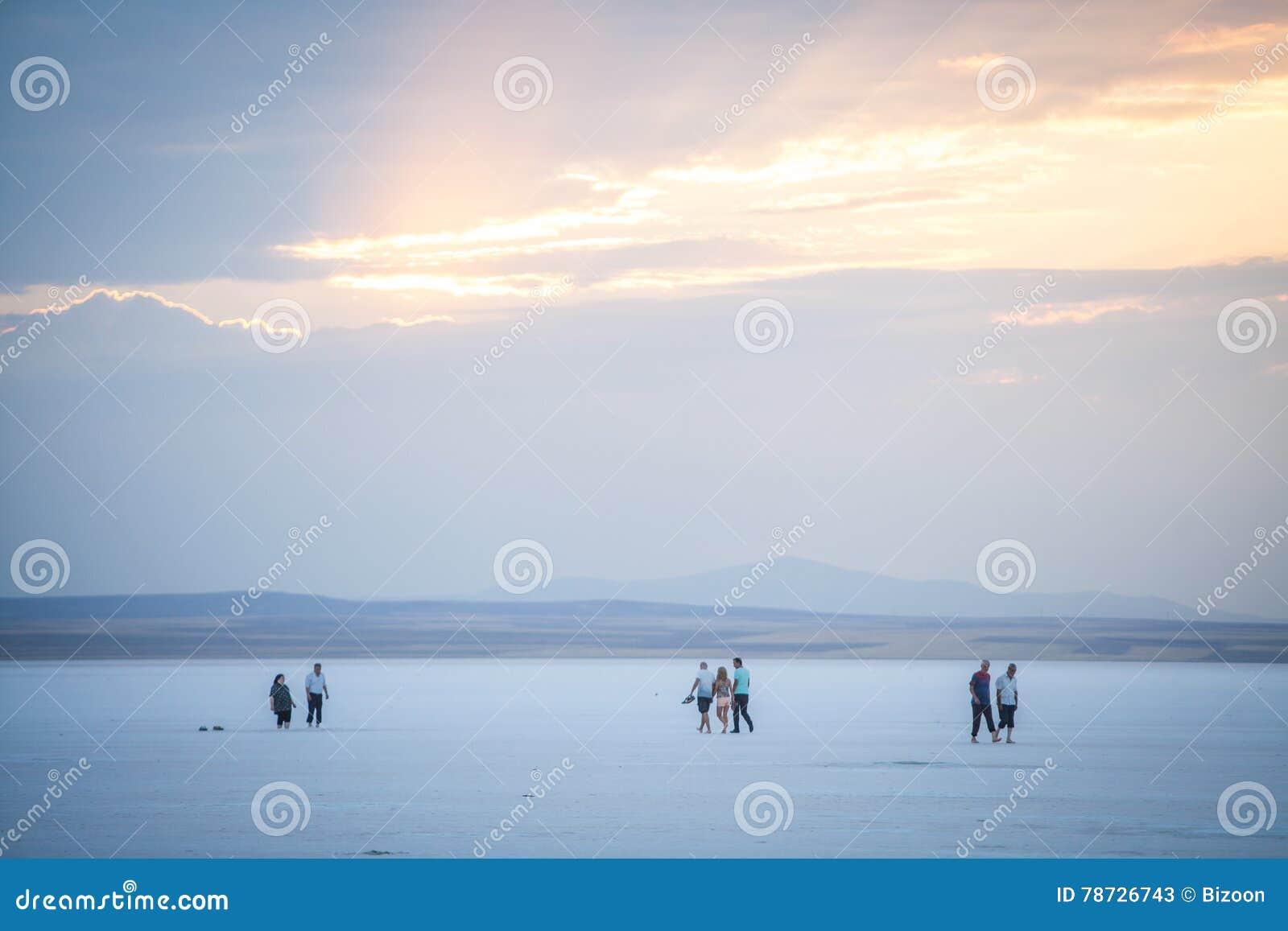 Folk som går på sjön Tuz, Turkiet