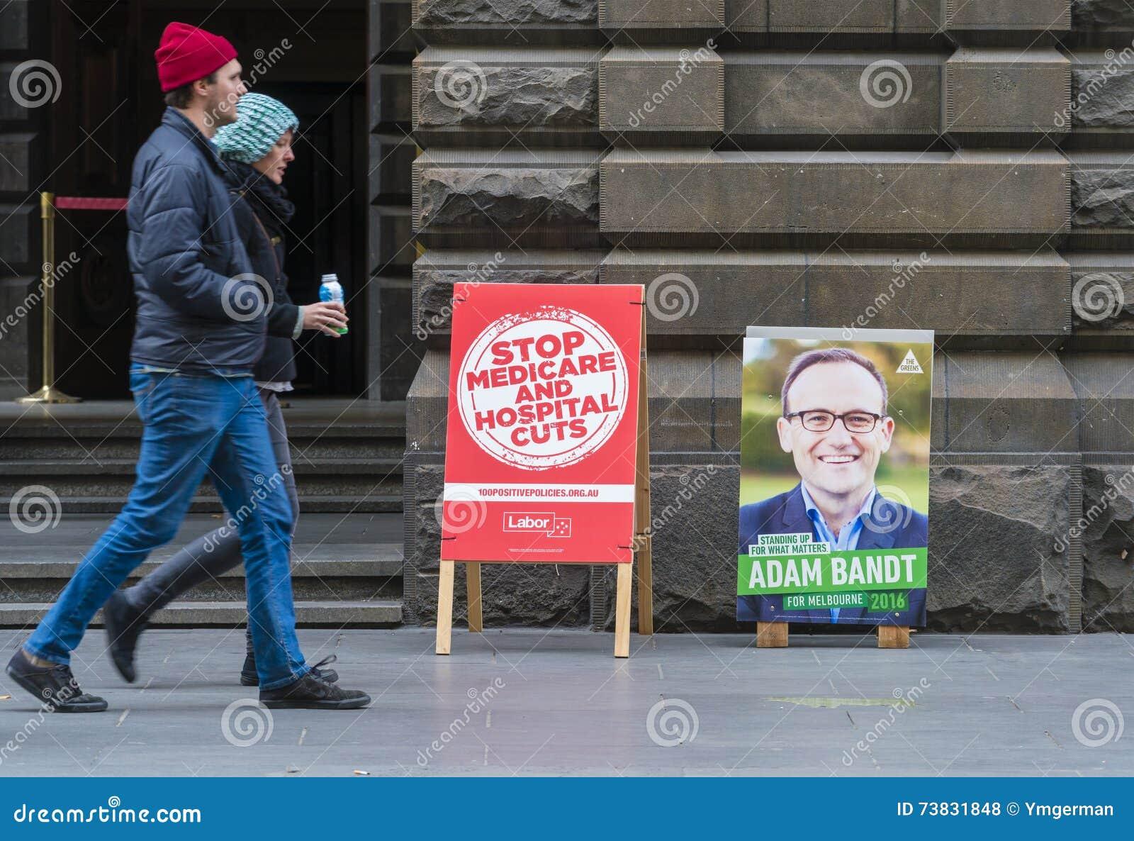 Folk som går passeranderöstningstället i Melbourne under det australiska federala valet 2016