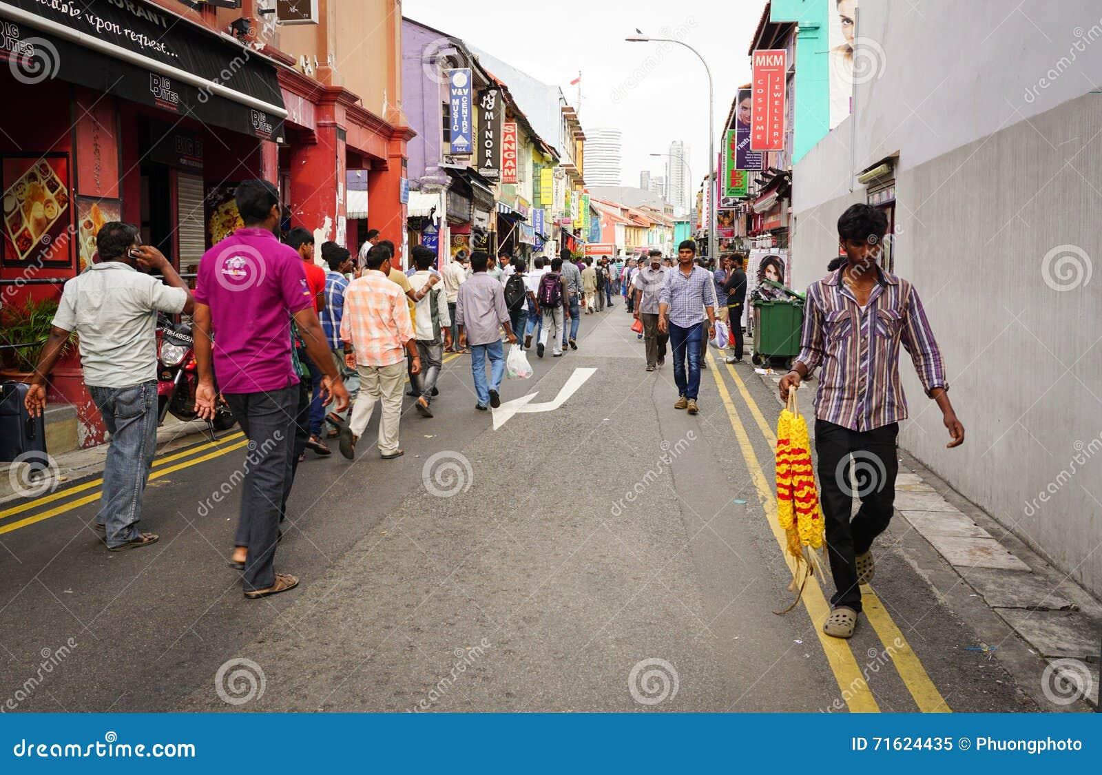 Folk som går till gatamarknaden i lilla Indien, Singapore