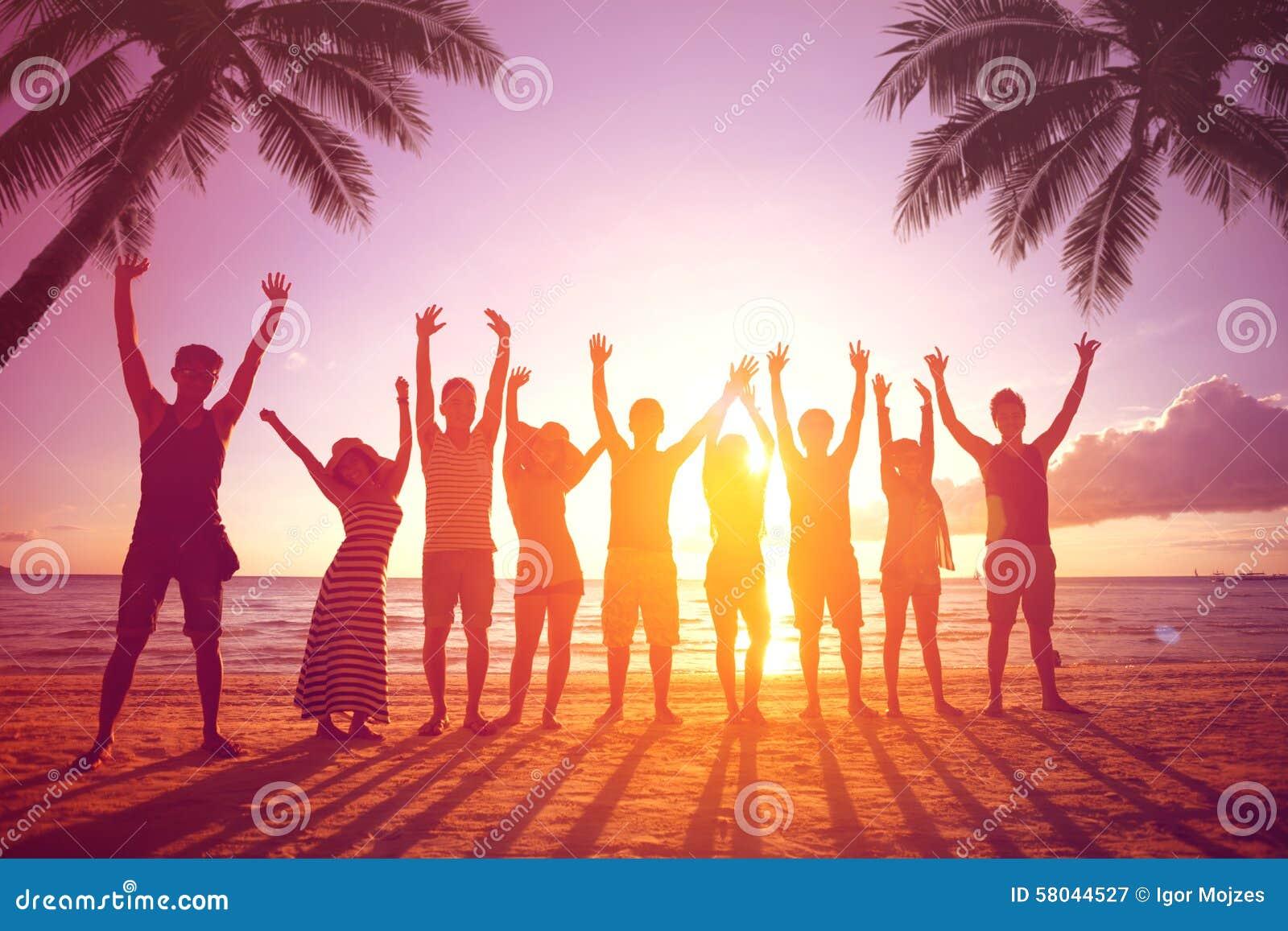 Folk som hoppar på stranden