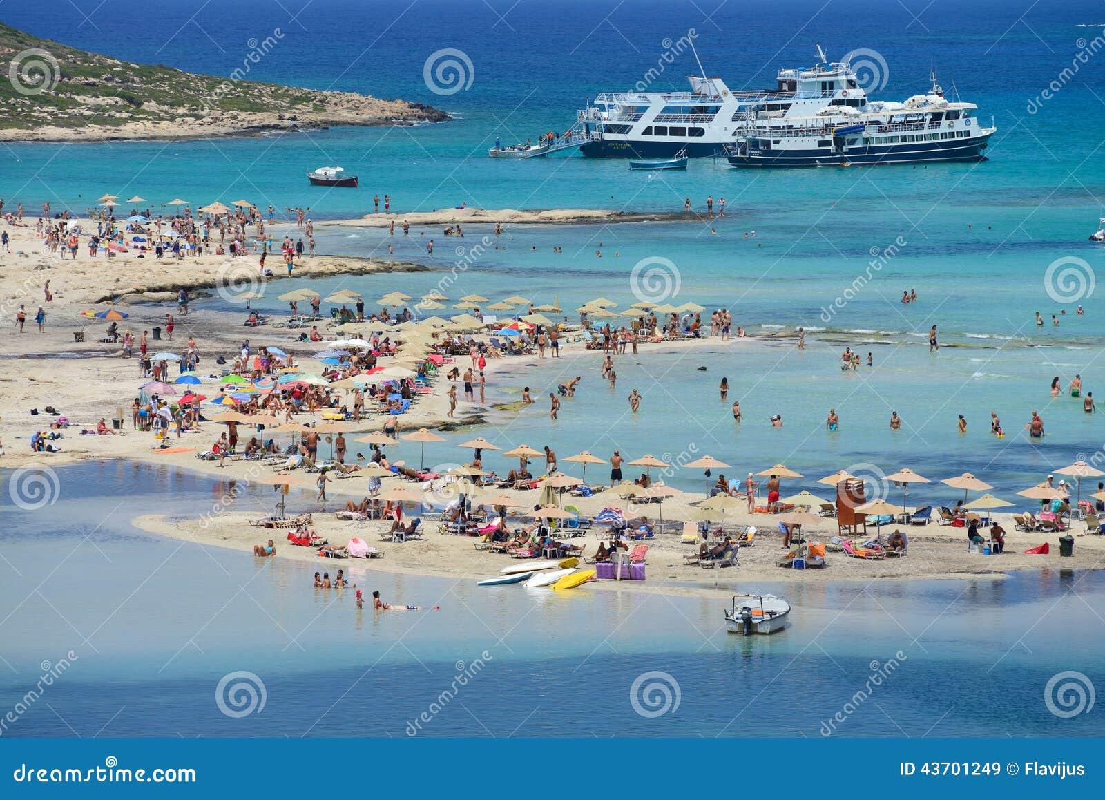 Folk Som Kopplar Av Pa Den Balos Stranden I Kreta Redaktionell