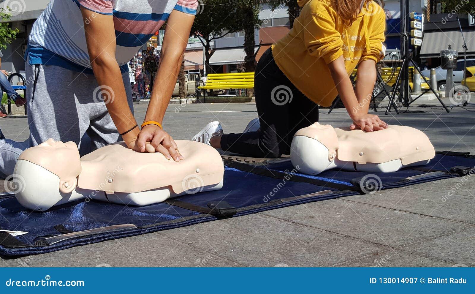Folk som lär hur man första hjälpenhjärtakompressioner