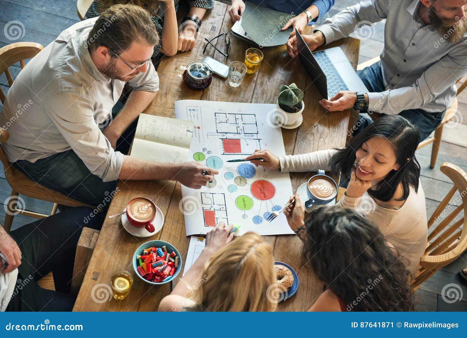 Folk som möter begrepp för idékläckningritningdesign