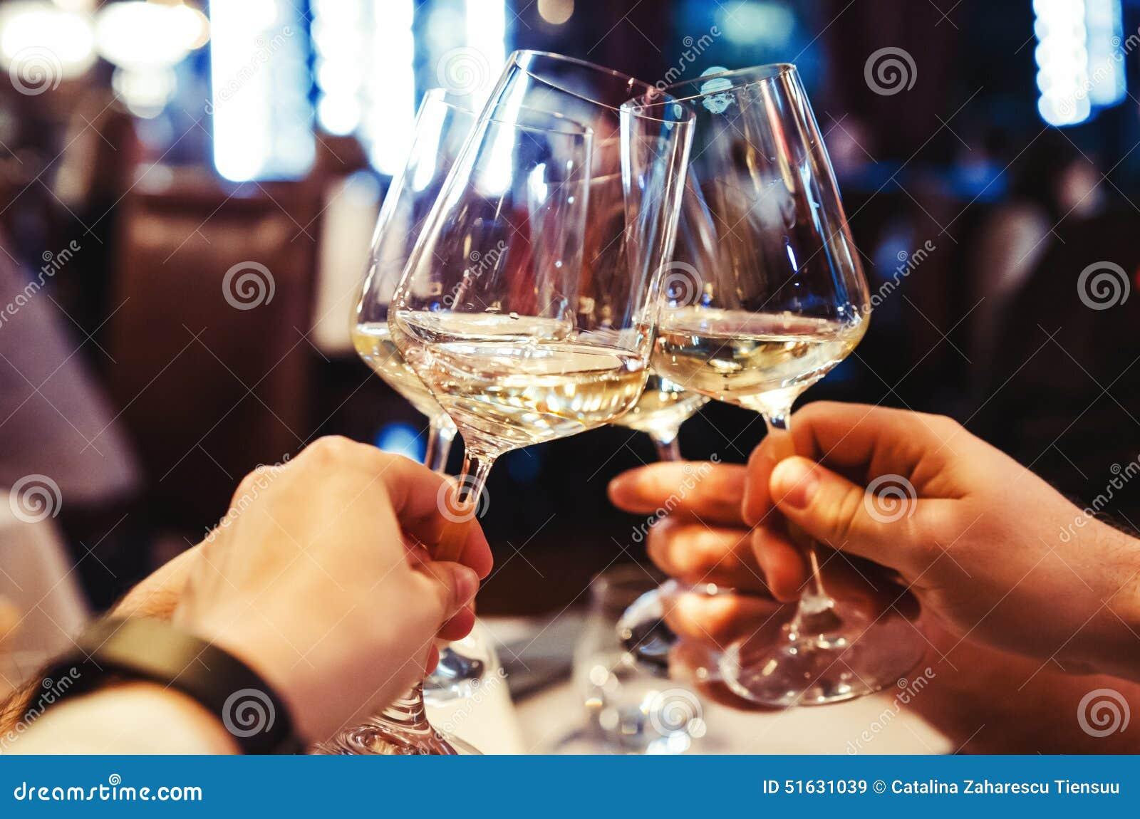 Folk som rostar med vin