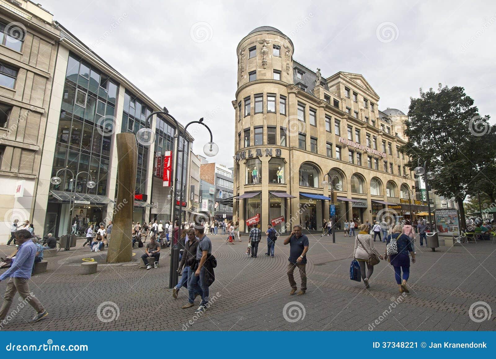 Folk som shoppar i Cologne, Tyskland