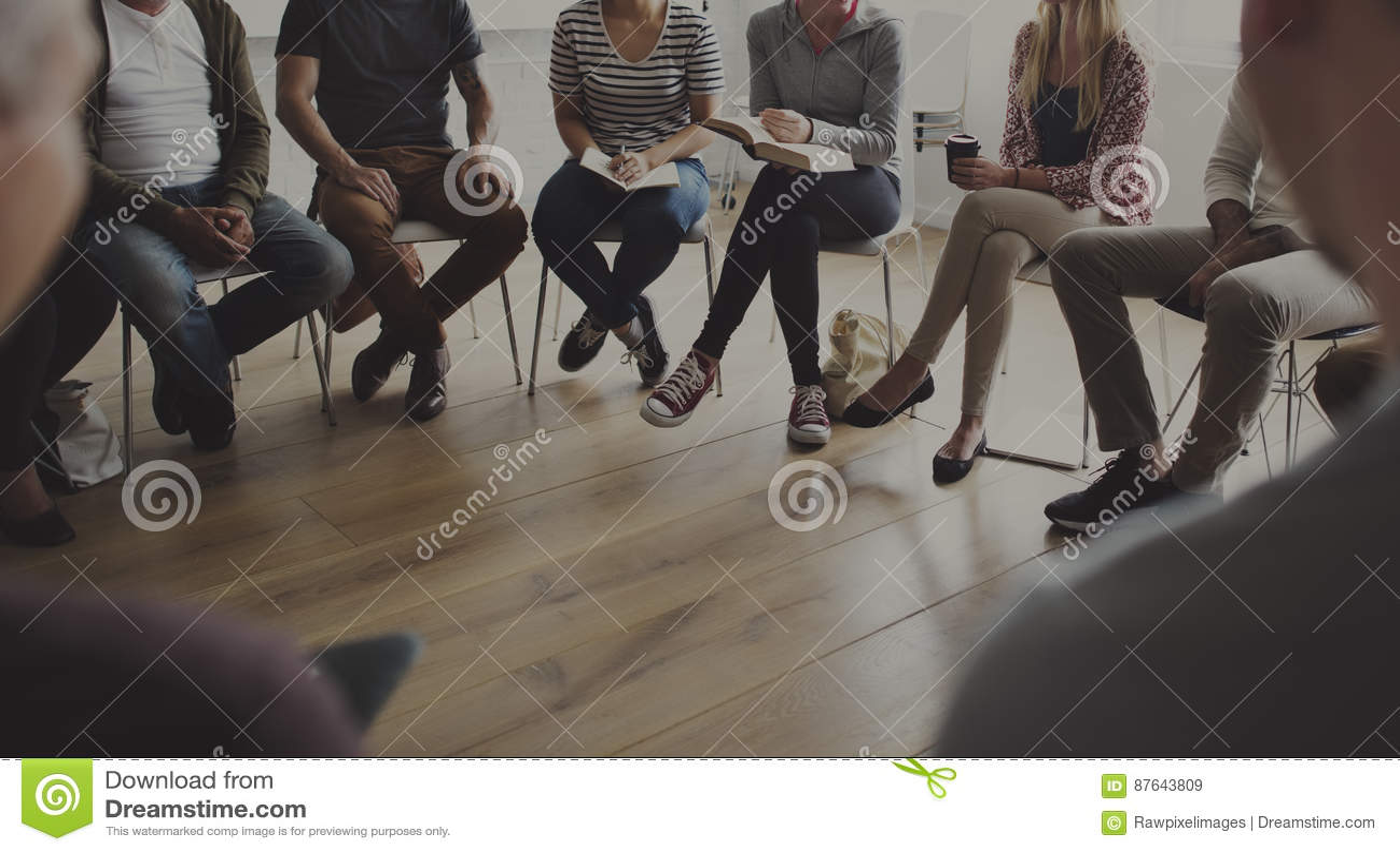 Folk som sitter i en cirkelrådgivning